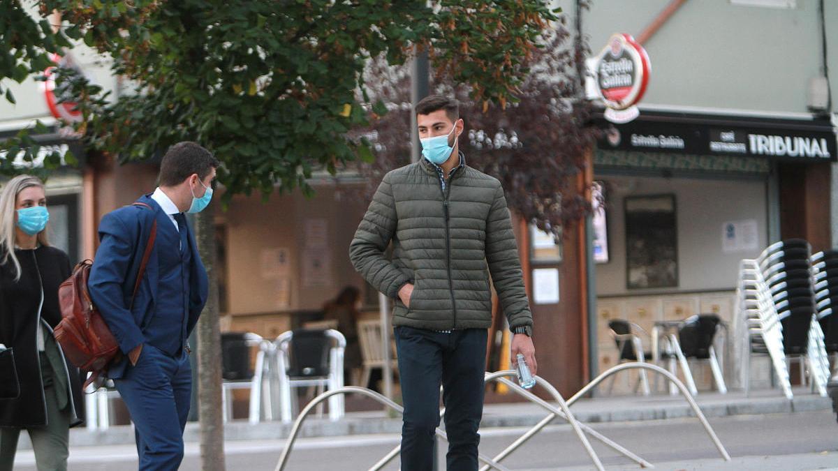 El futbolista Álvaro López Ratón, llegando esta mañana al juzgado de Ourense junto a su abogado //