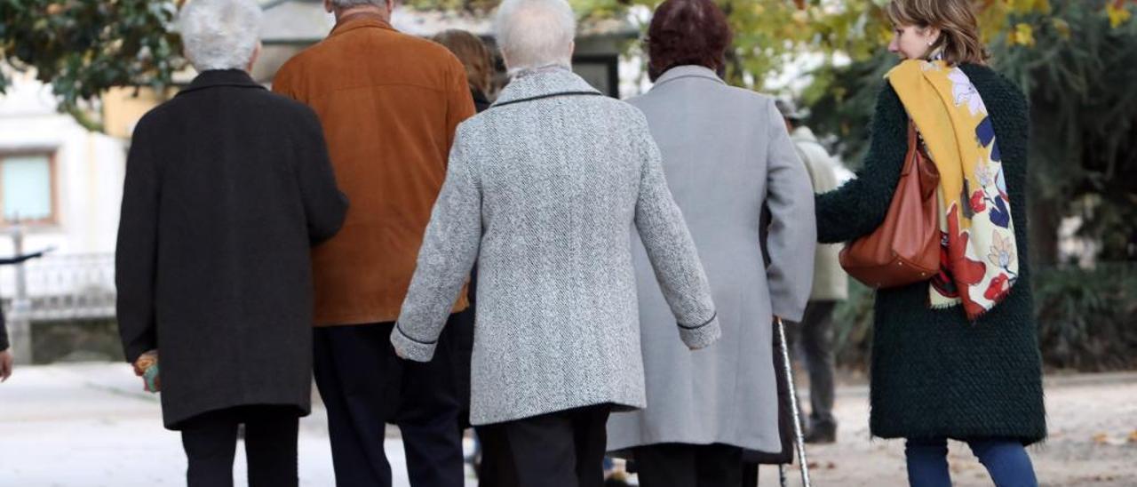 Un grupo de mayores, de paseo. // Xoán Álvarez