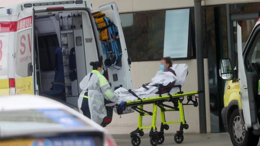 El alza de casos provoca retrasos de tres horas en los servicios de ambulancias