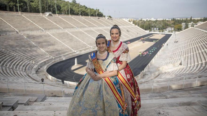 Grecia celebra el regreso de las Fallas con la imagen de Marina y Sara en Atenas
