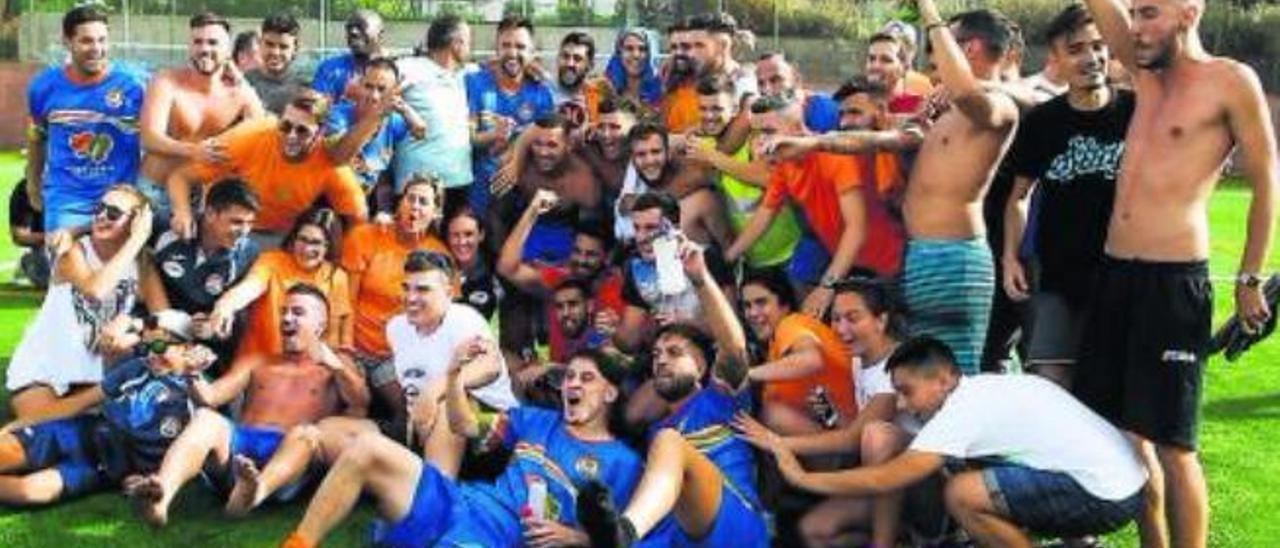 Jugadores y aficionados del San Mateo celebran el triunfo y el ascenso a Tercera al final del partido.