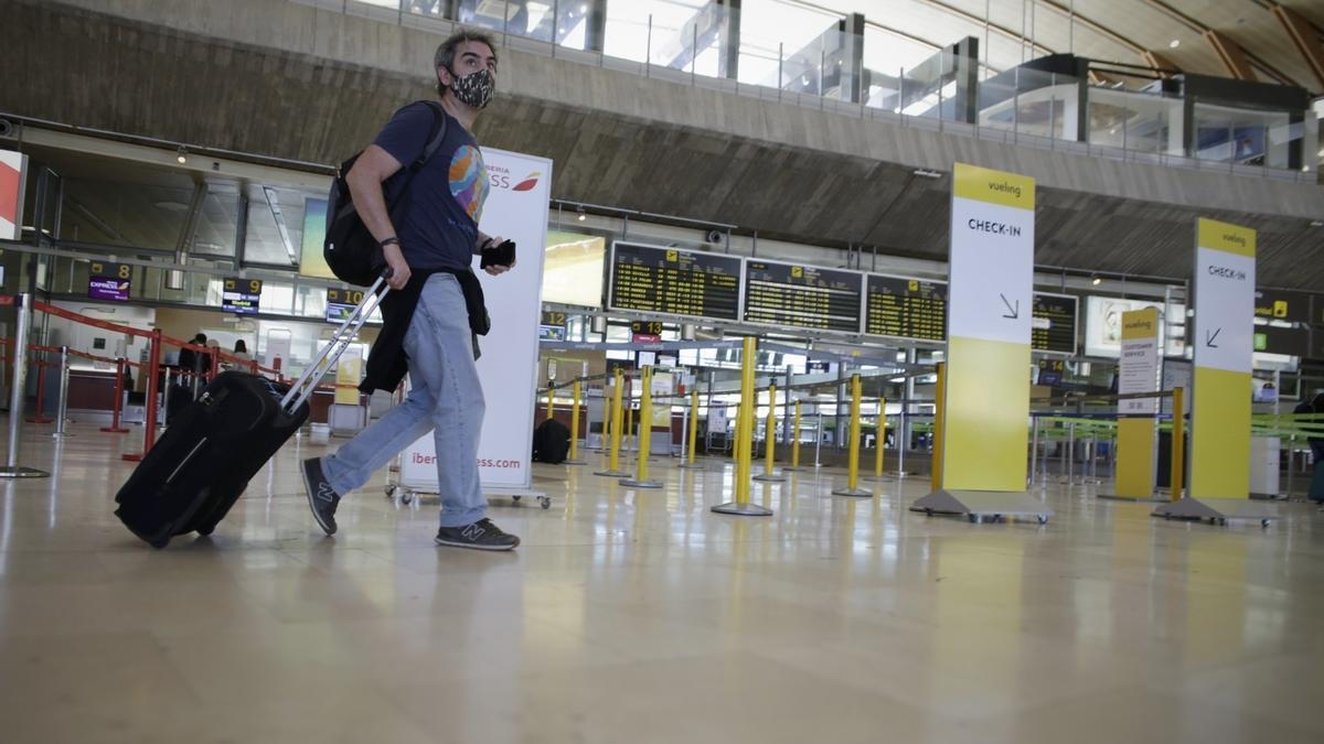 Un pasajero recorre la terminal del aeropuerto tinerfeña.