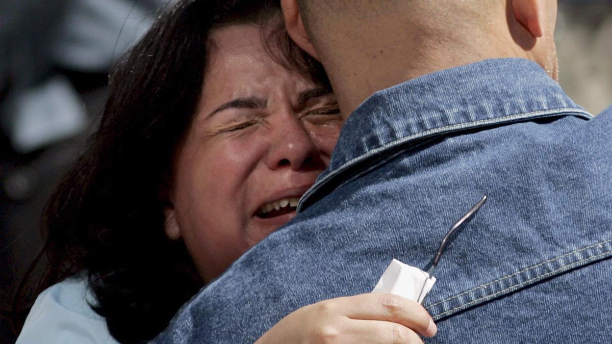 Familiares de víctimas del 11S se abrazan durante un homenaje.