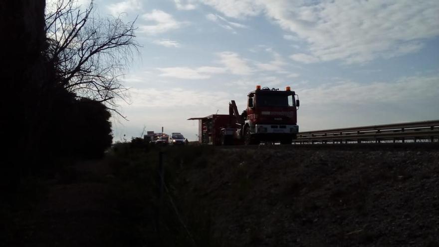 Un camión con 34.000 litros de combustible vuelca y obliga a cortar la AP-7