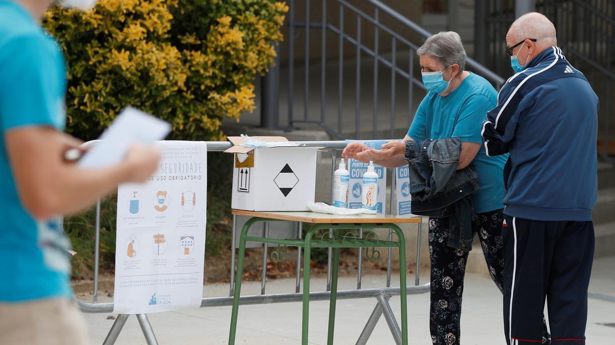 Una pareja ejerce su derecho a voto en Galicia