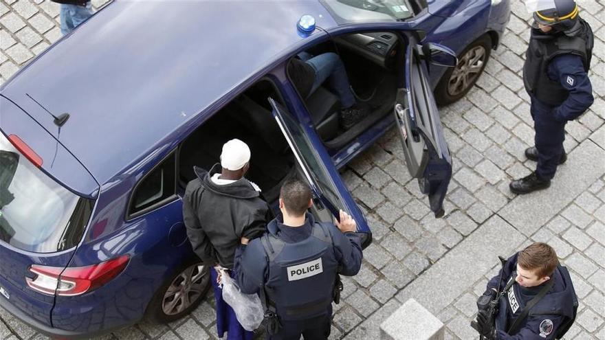 Un hombre armado ataca con un cuchillo a un militar en París