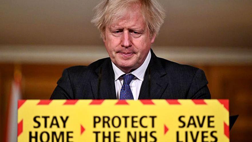 Johnson dice que la variante británica del COVID es un 30% más mortífera