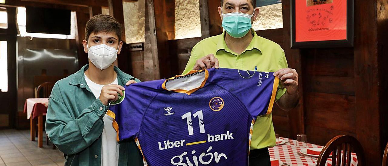 Cecilia Cacheda, junto a Rodolfo Canales, propietario de la sidrería El Alleranu del Fito, donde tuvo lugar la firma de la renovación de la jugadora.   Juan Plaza