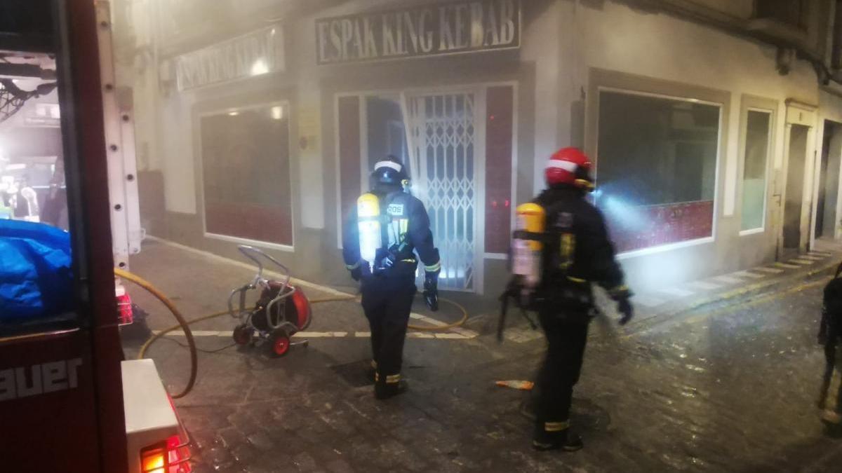 Bomberos del Parque de Montilla sofocan un aparatoso incendio en la Plaza de la Rosa