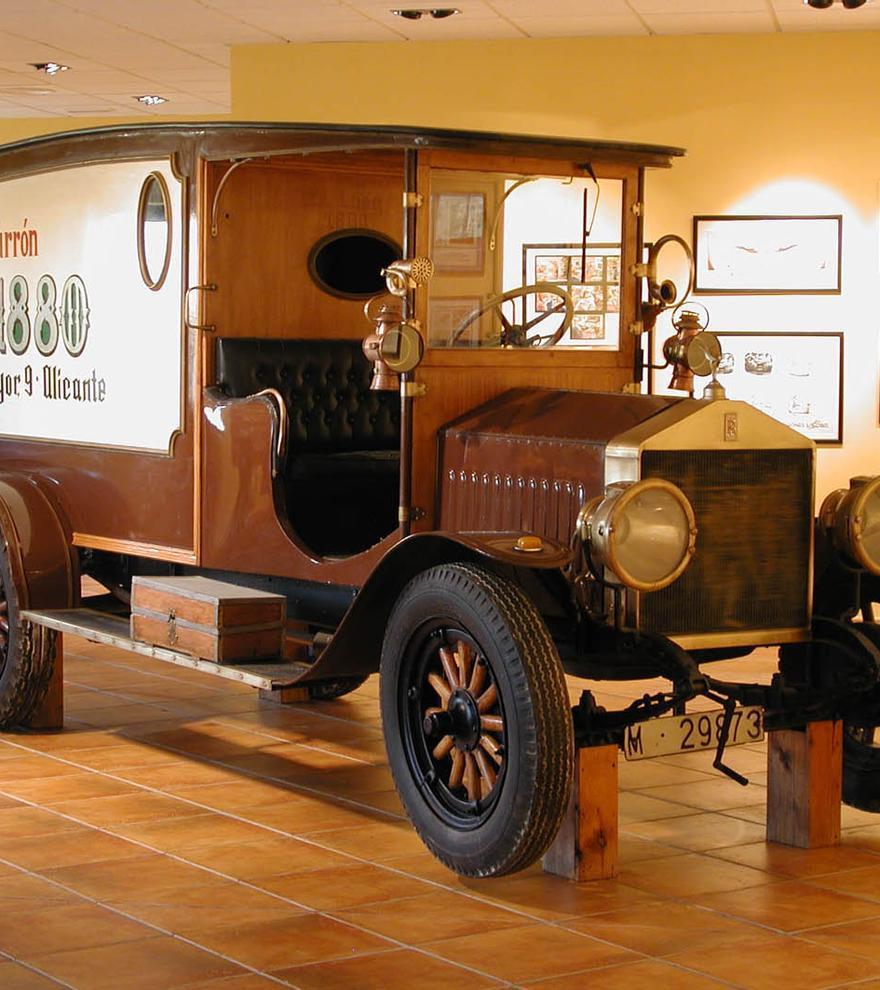 En el Museo del Turrón destaca un Rolls-Royce usado como coche publicitario.