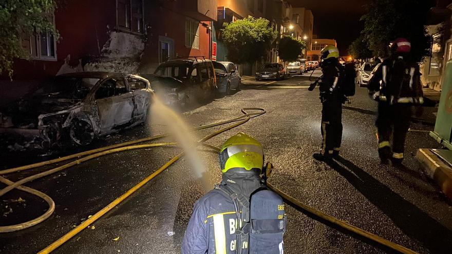 Arden de madrugada tres vehículos estacionados en una calle de Carrizal,en Ingenio