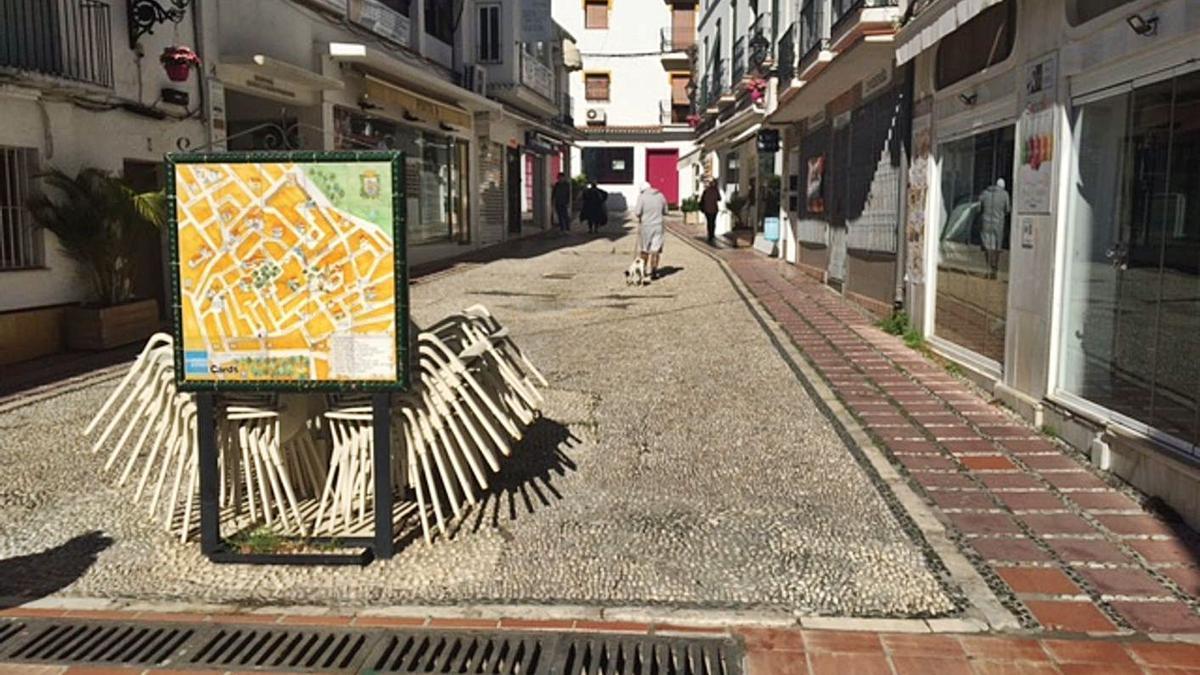 Vecinos pasean por una de las calles del Casco Antiguo de Marbella. | L. O.