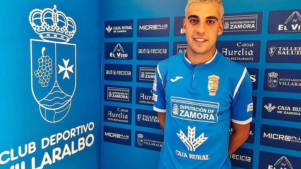 Raúl Álvarez posa con la camiseta del CD Villaralbo.   Cedida