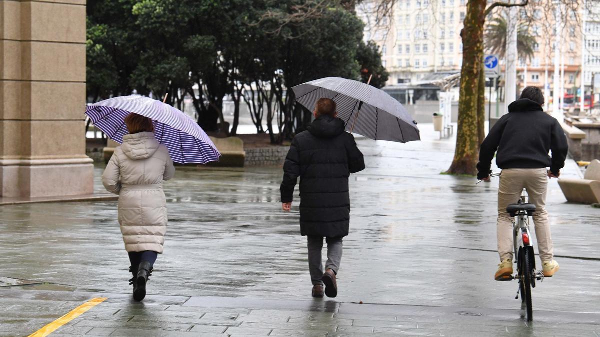 Gente con paraguas en A Coruña.