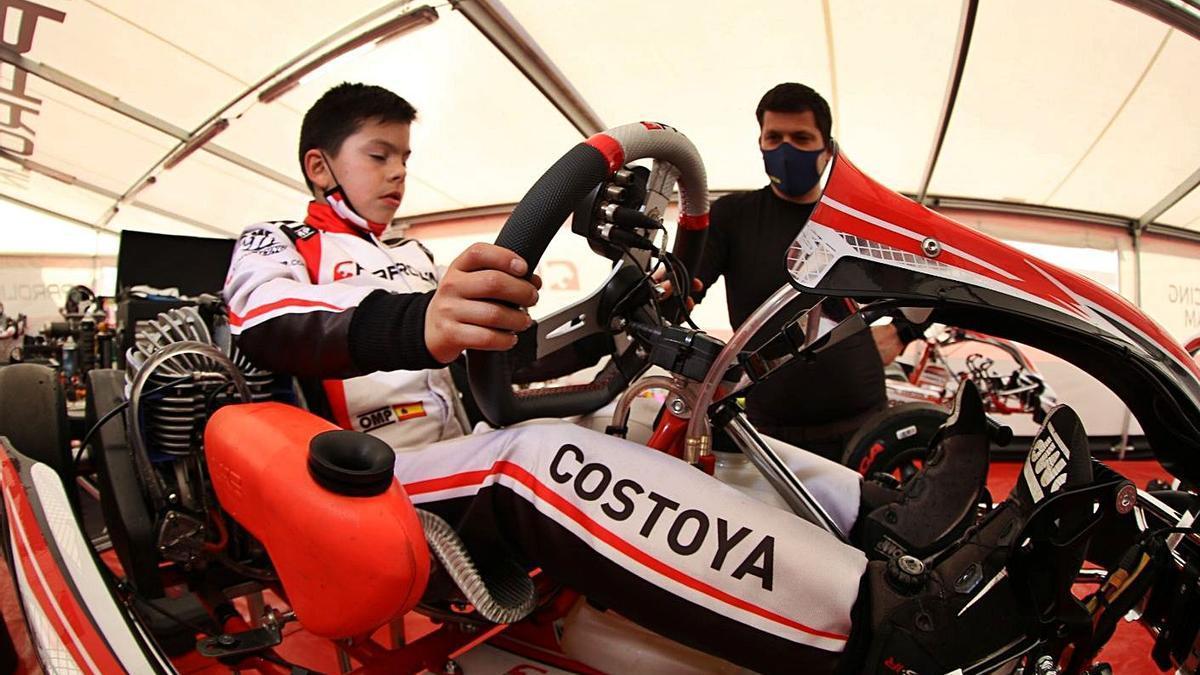 Costoya junto a su padre, preparando su kart para la carrera.