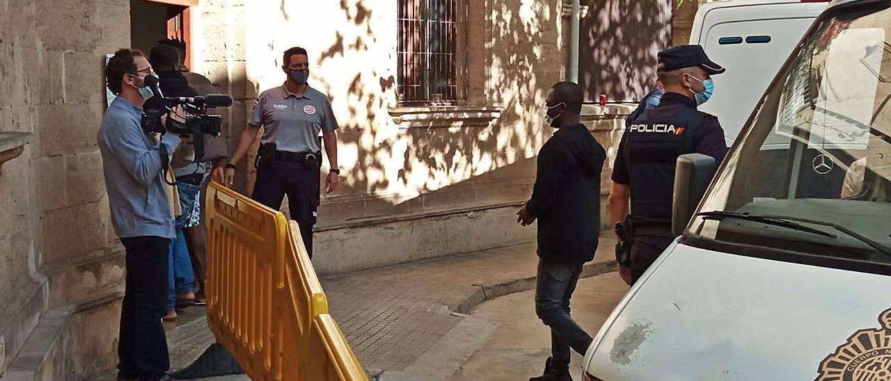 Uno de los detenidos en la operación, ayer al ser conducido a disposición judicial. | M.O.I.