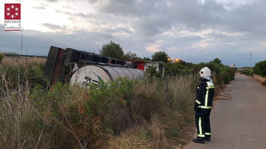 Vuelca un camión con 25.000 litros de mercancía peligrosa en Castellón