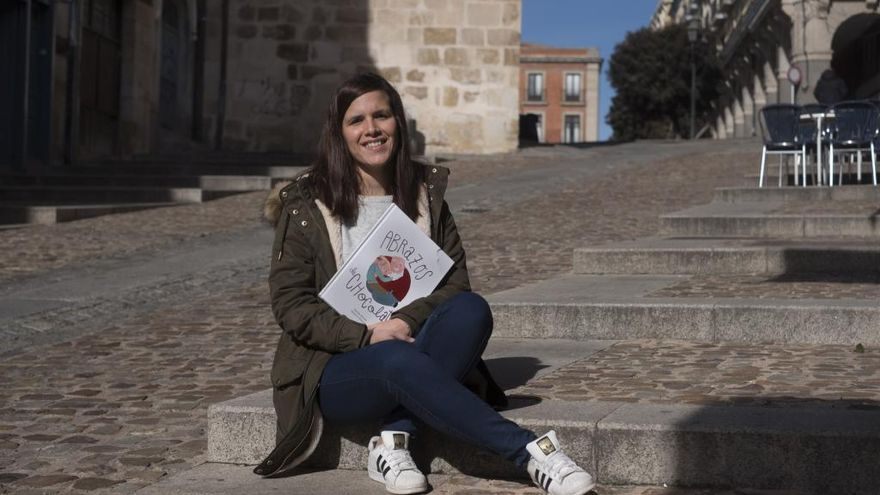 La joven Sandra Alonso con uno de sus libros infantiles publicados.
