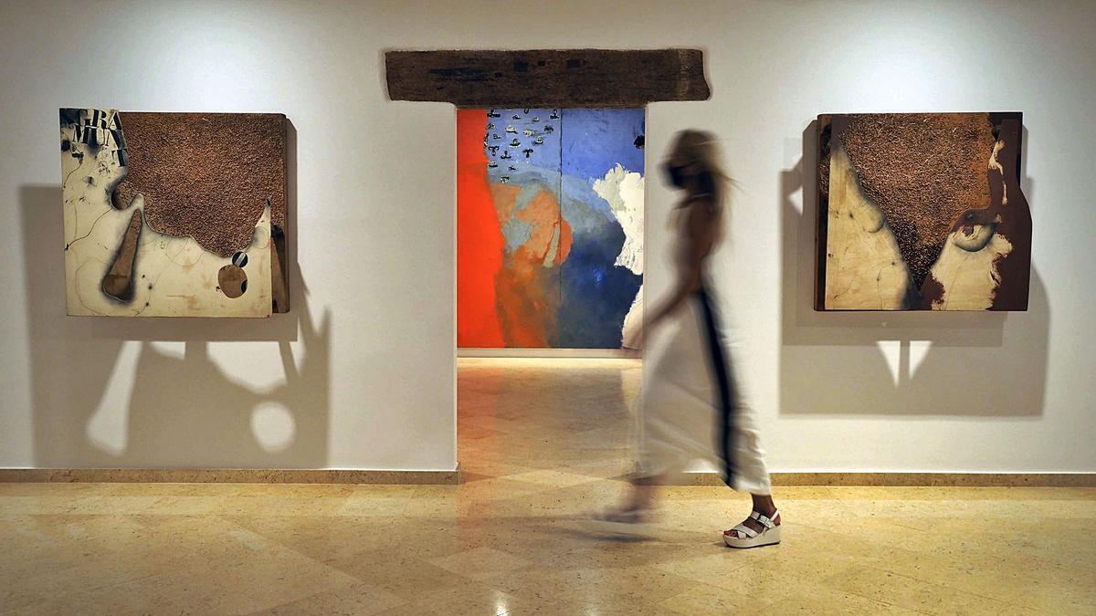 Una sala amb dues de les peces exhibides a l'exposició «Univers Guinovart» de l'Espai Thyssen de Sant Feliu de Guíxols
