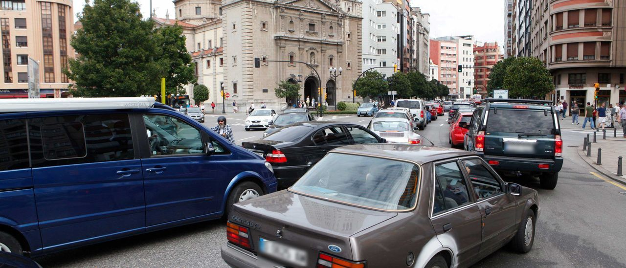 Atasco de tráfico en Gijón. | ÁNGEL GONZÁLEZ