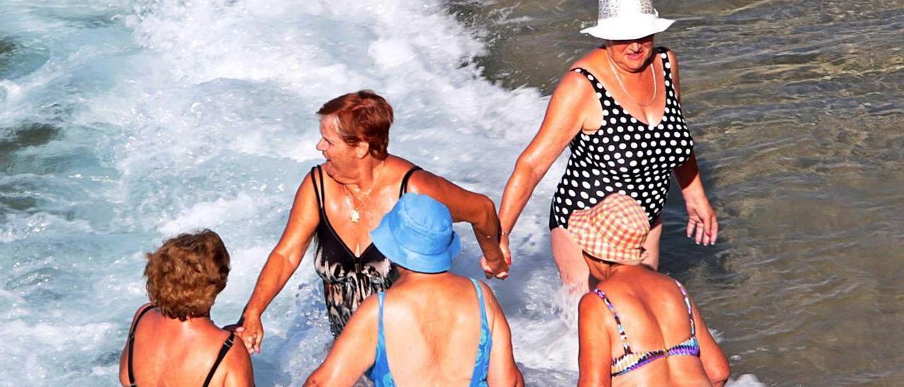 Jubiladas dándose un baño en Benidorm, el destino estrella para los turistas del Imserso.  | DAVID REVENGA