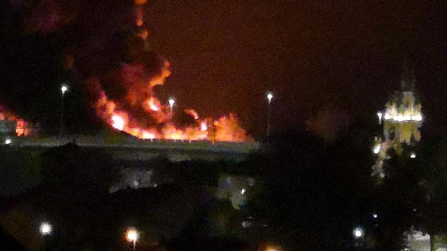 Un incendio en un astillero de Marín moviliza un amplio dispositivo por tierra y mar