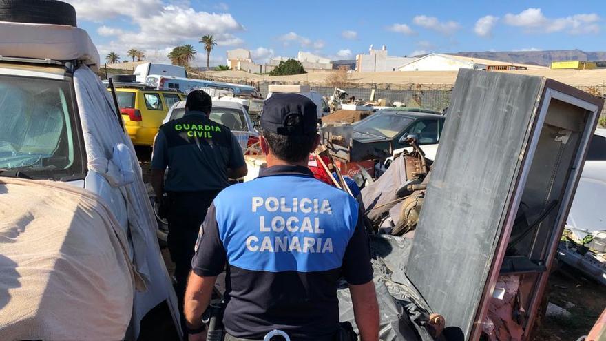 La Policía descubre un desguace ilegal con un centenar de coches en Santa Lucía