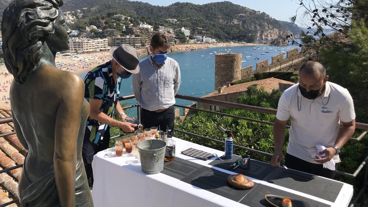 Pla obert de dos restauradors de Tossa de Mar preparant el 'Flam Sinatra' i el vermut 'Pandora'