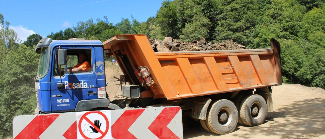 Un camión circula por la zona en obras.