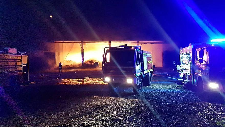 Un incendio nocturno arrasa un inmueble de Berres y la hierba seca que almacenaba
