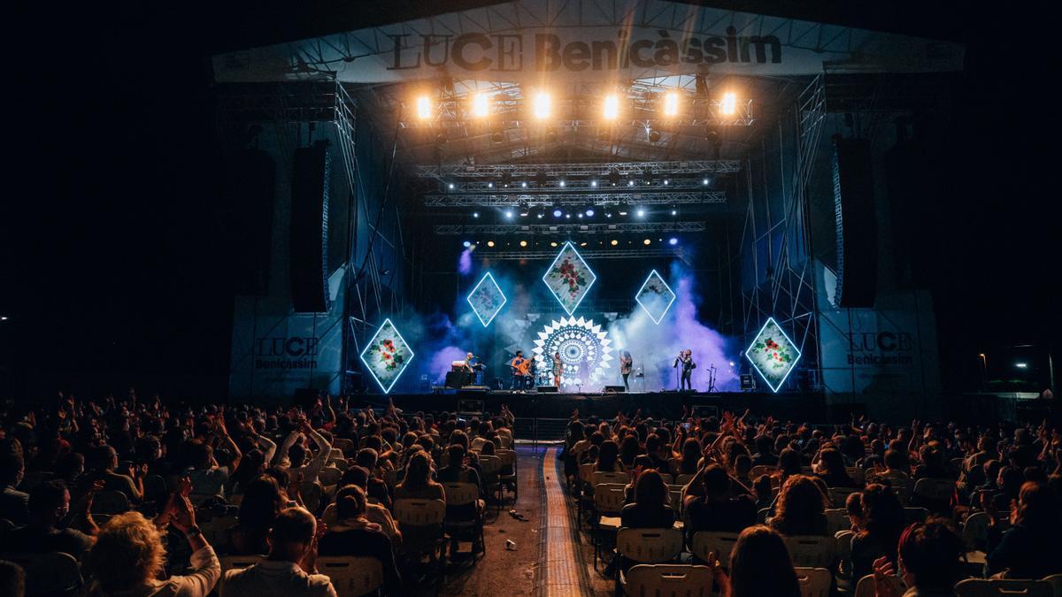 El público vibró con la actuación de la cantante manchega Rozalén, que fue teloneada por María Peláe.
