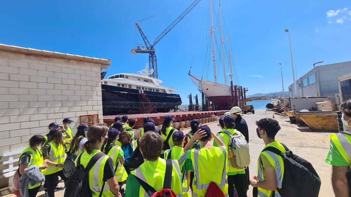 Uno de los grupos de jóvenes de Dénía visitando la zona del varadero del puerto