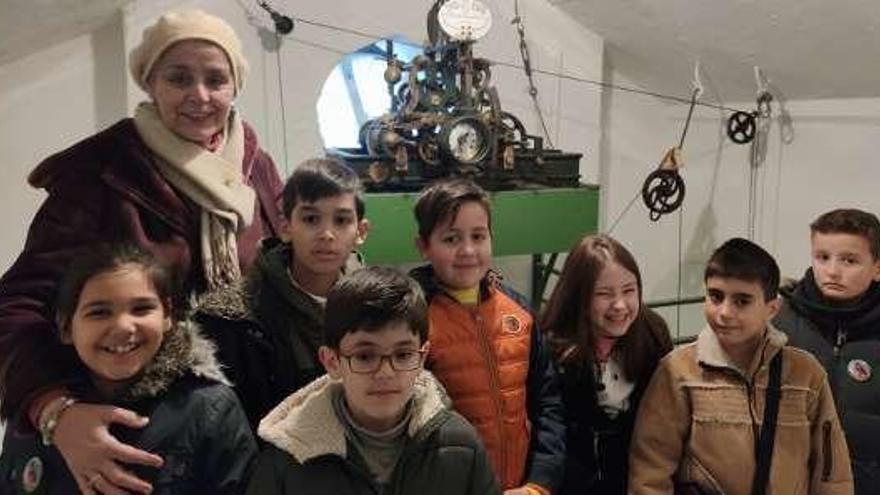 El alcalde de Ponte Caldelas, Andrés Díaz, recibe a un grupo de niños del coro Voces Blancas de Vilarchán