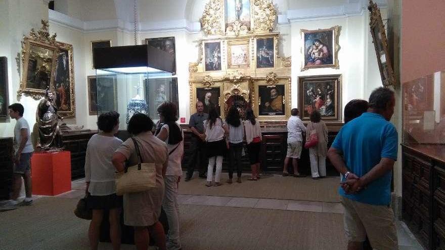 Visitantes admiran los fondos de la sacristía de La Colegiata, durante la Noche Blanca del pasado año.
