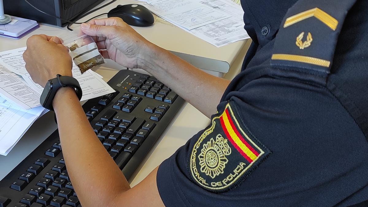 Un agente con una bolsita intervenida en una operación contra el menudeo de drogas.