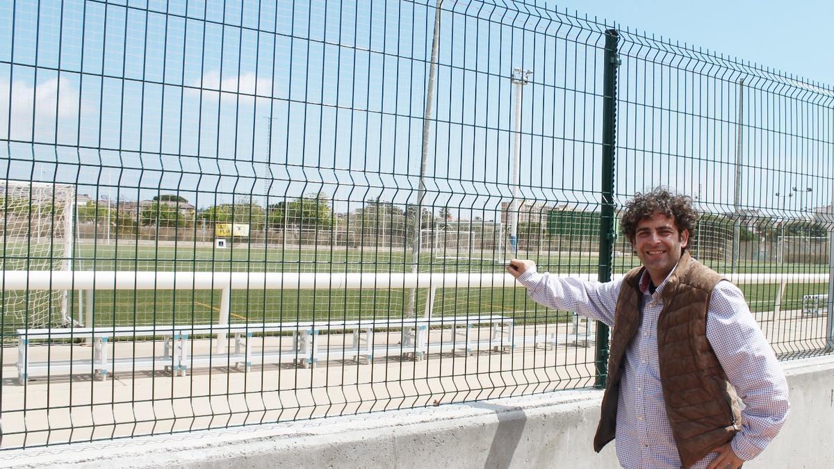 El concejal de Deportes, Arturo Martí, en el campo de fútbol de la Carrerasa
