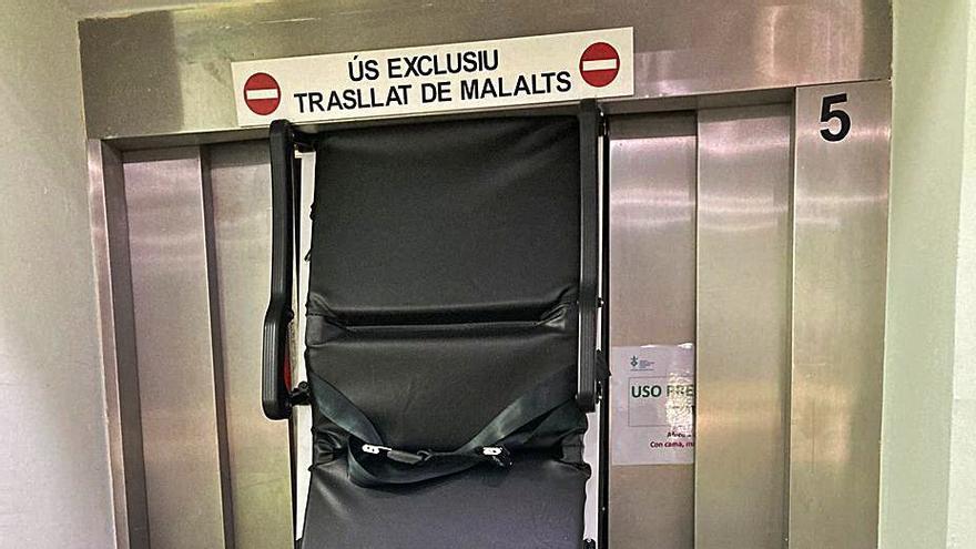Un fallo en un ascensor del Hospital General parte en dos una camilla
