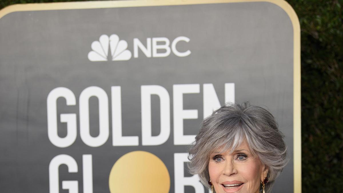 Jane Fonda posa en la alfombra roja de los Globos de Oro.
