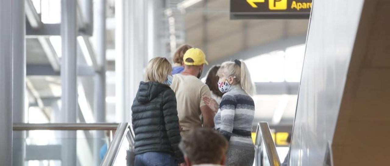 Turistas rusos camino del parking del aeropuerto tras llegar, ayer, en un vuelo de Moscú.