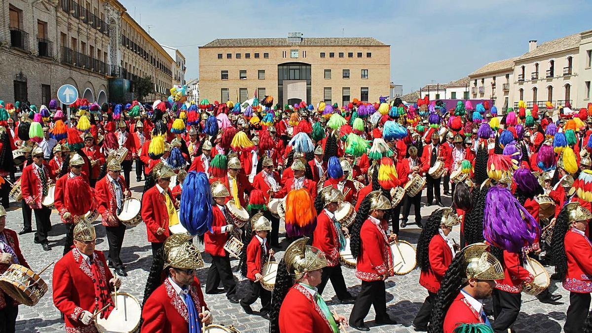 Judíos colinegros tocan el tambor un Jueves Santo por la mañana durante la ofrenda al judío.