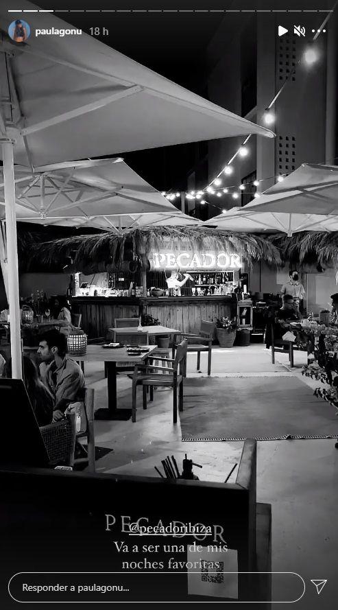 Paula Gonu cenando en un restaurante de Ibiza.