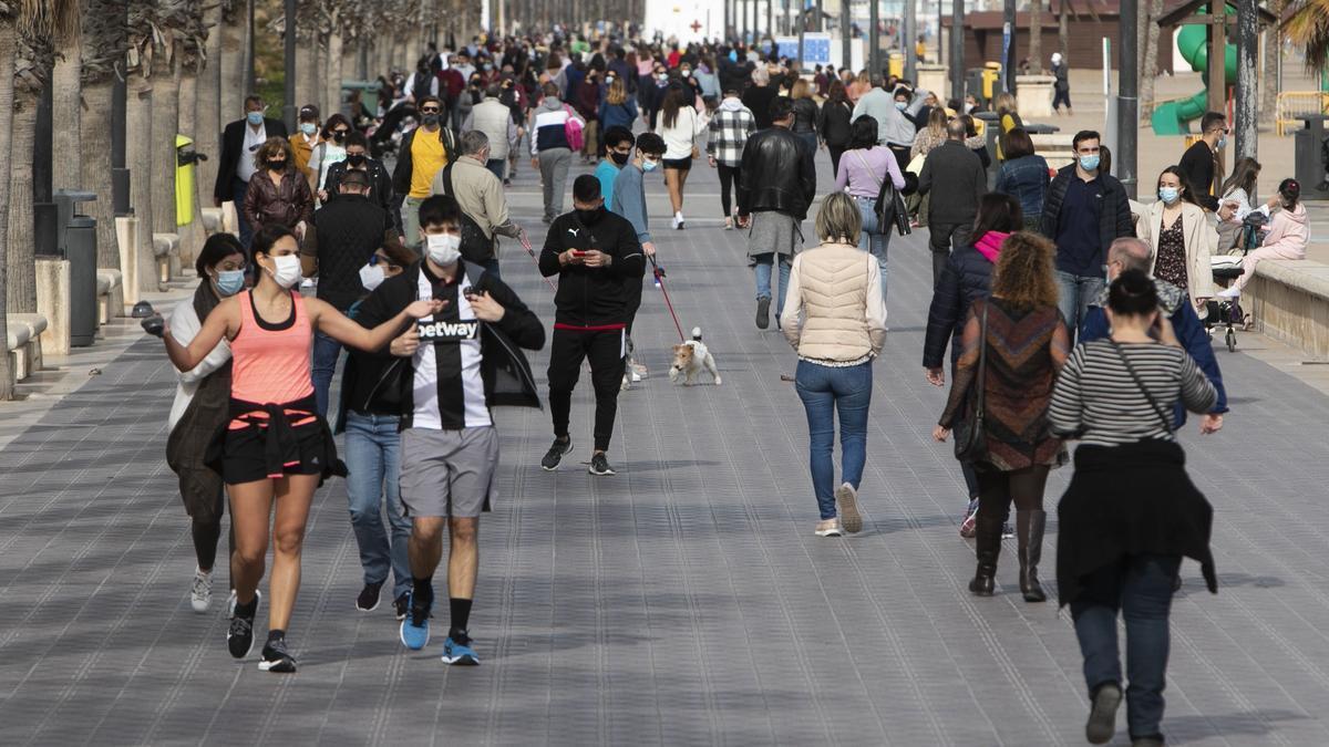 Gente paseando por el paseo de la Malvarosa