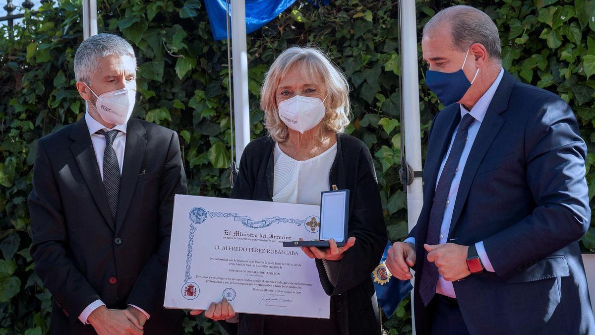Marlaska entrega a la viuda de Rubalcaba la Medalla de Oro al Mérito Policial y de la Gran Cruz del Mérito de la Guardia Civil.