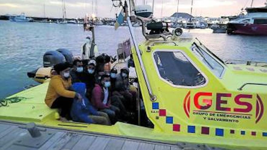 Llega una patera con 32 menores a bordo a la isla de La Graciosa