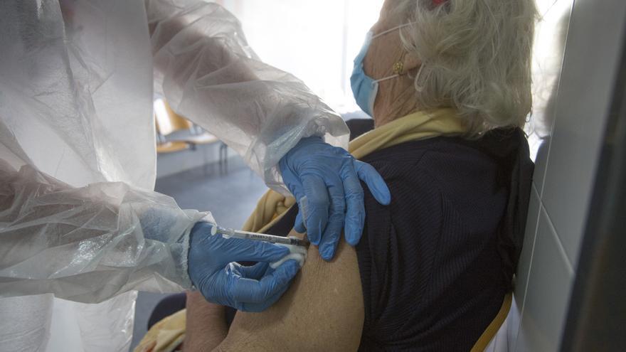 Quejas de familiares de mayores de 80 años que aún no han sido vacunados