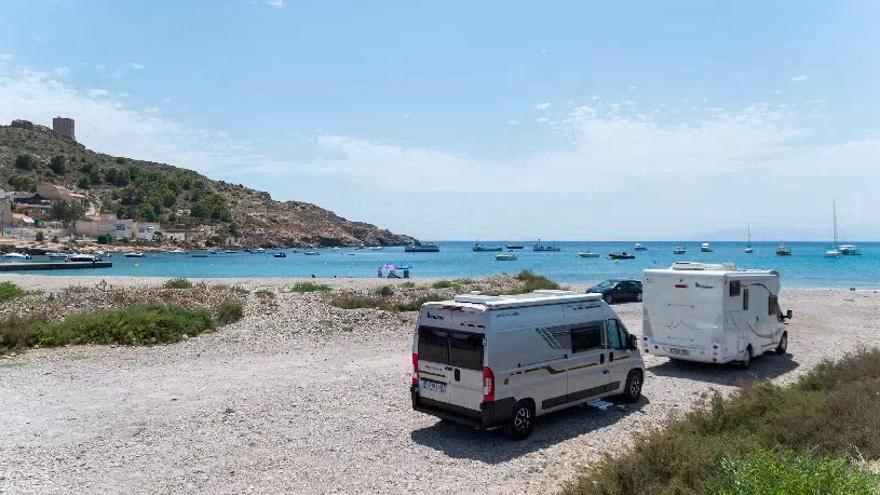 Quejas vecinales por la acampada de caravanas en primera línea de playa