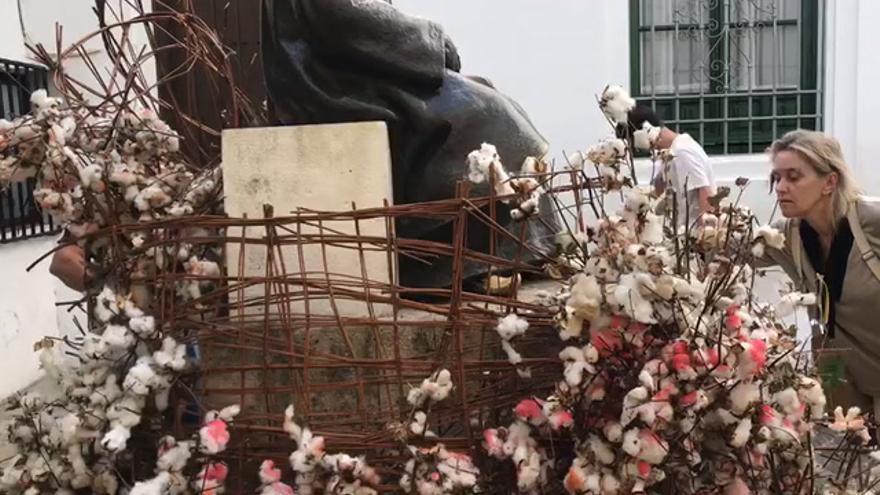 Flor Motion se despide de Córdoba con instalaciones en las estatuas de Maimónides y Romero de Torres