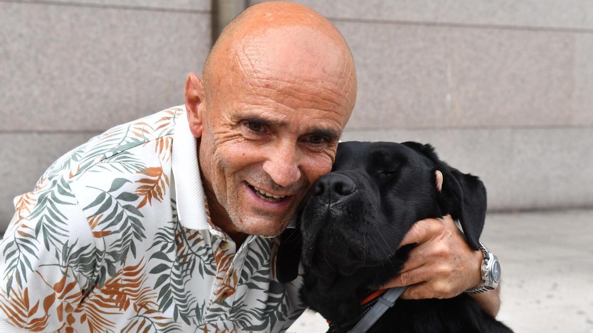 Juan Calvelo, con su perro guía, 'Dash'.