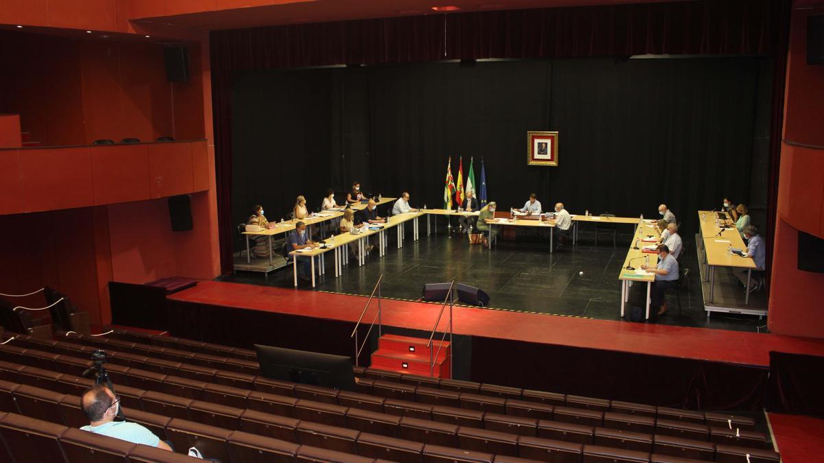 Un  momento del pleno celebrado en el teatro El Jardinito.