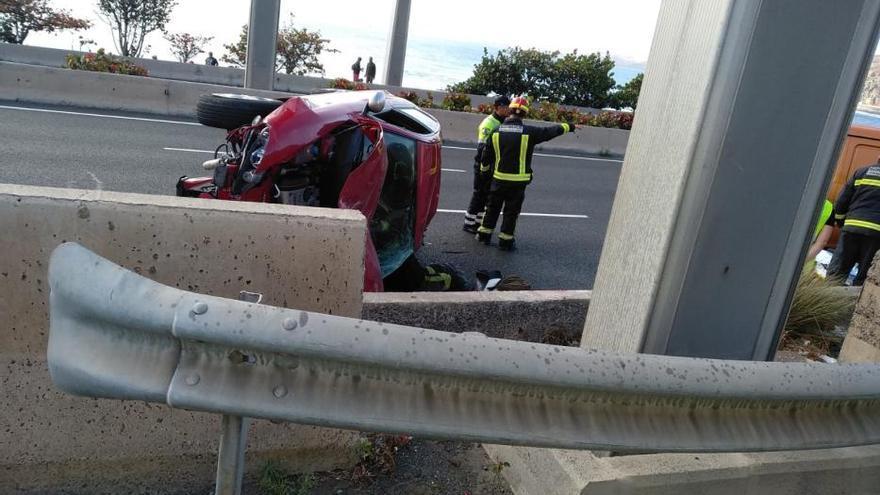 Un coche colisiona contra una señal y vuelca sobre la Avenida Marítima